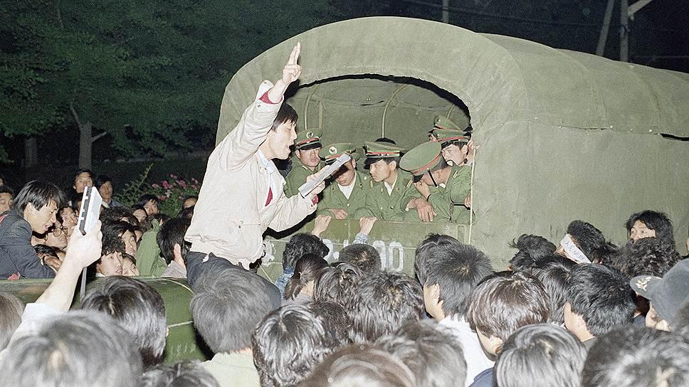 Операция по вытеснению с площади началась утром 3 июня. Сначала невооруженные солдаты были отброшены и не смогли войти на площадь