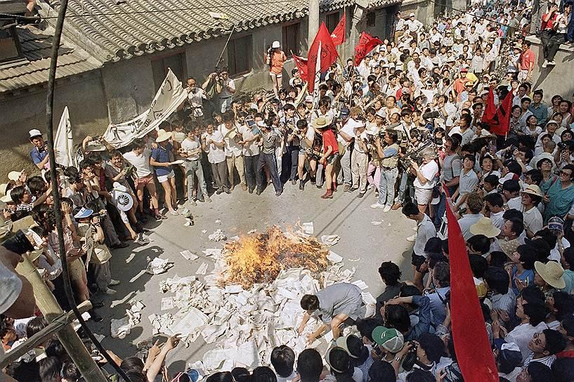 К середине мая 1989 года сотни тысяч протестующих находились на площади, объявив голодовку и требуя диалога с властями