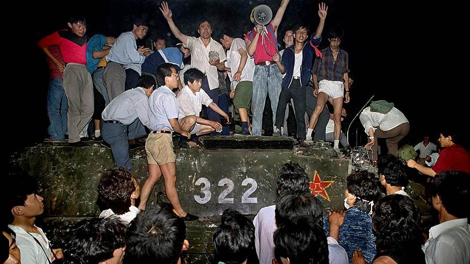 Участники демонстрации захватывали водителей танков и солдат и избивали их
