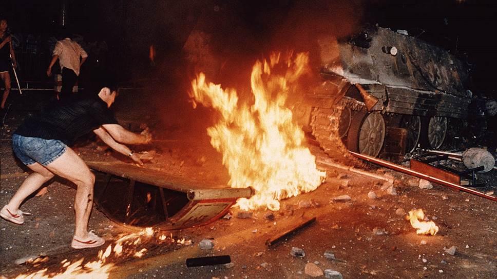 Протестующие поджигали танки и бронетранспортеры, делали из них баррикады, стремясь закрыть подступы к площади. Всего демонстранты сожгли более чем 20 бронетранспортеров и других транспортных средств