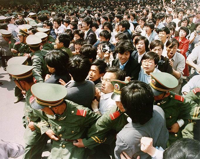 Перед началом подавления армией демонстрации все больше и больше людей прибывали к площади, чтобы остановить военных