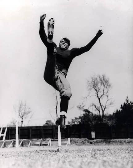 Рейган продолжал снимался в кино вплоть до 1976 года. Он сыграл более чем в 50 фильмах, преимущественно роли ковбоев, благодаря чему во время его президентства авторы карикатур во всем мире наиболее активно эксплуатировали образ «ковбоя Рейгана», устраивающего пальбу <br>На фото: кадр из фильма «Кнут Рокне настоящий американец» (1940)