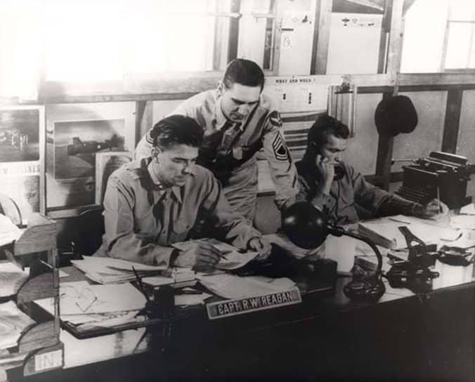 «Герои не храбрее всех остальных. Просто их храбрость длится на пять минут дольше» <br>Во время Второй мировой войны Рейгана признали негодным к строевой службе из-за слабого зрения. В итоге войну он провел в спецподразделении ВВС, где готовились учебные и документальные фильмы