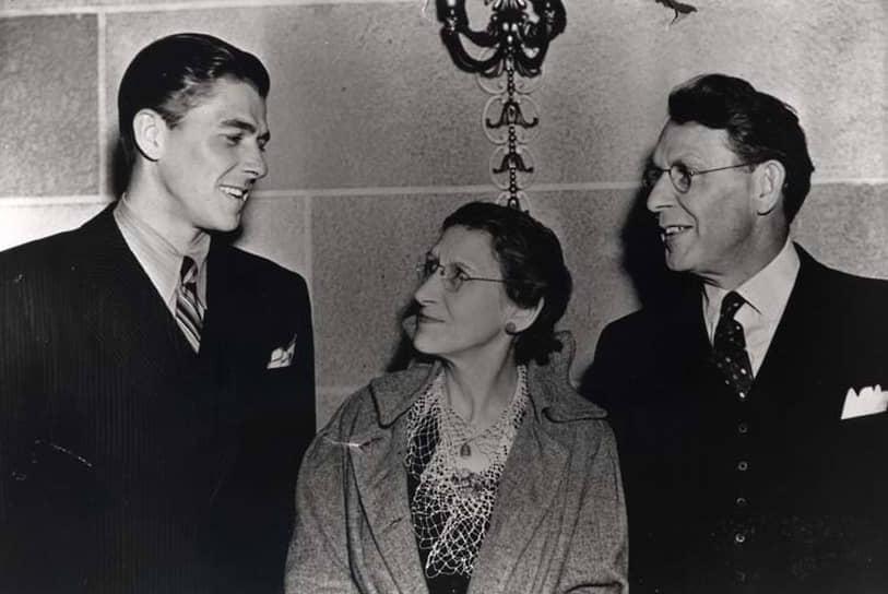 «Продюсеры не стремились сделать эти фильмы хорошими — они стремились сделать их к четвергу» <br> В 1937 году Рональд Рейган начал свою актерскую карьеру в Голливуде, подписав семилетний контракт со студией Warner Brothers. Впервые в кино он появился в том же году в фильме «Любовь в прямом эфире» <br>На фото: Рейган со своими родителями Нелли и Джеком Рейганами