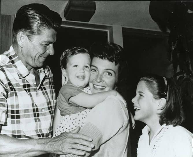 Нэнси Рейган: «Моя жизнь началась в тот момент, когда я вышла замуж за Рональда» <br>Нэнси Дэвис была актрисой на Бродвее. В 1949 году она заключила контракт со студией MGM и переехала в Голливуд. Нескольких встреч оказалось достаточно, чтобы Рональд влюбился в нее. В 1952 году в Голливуде состоялась церемония бракосочетания. Многие считали, что Нэнси Рейган имела огромное влияние на мужа <br>На фото: Рональд и Нэнси с сыном Роном и дочерью Патрицией