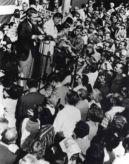 «Правительство не решает проблем, оно финансирует их» <br>Свою первую крупную политическую победу он одержал в 1966 году, победив на выборах губернатора Калифорнии от республиканской партии. Известно, что Нэнси не нравилось убранство калифорнийского Капитолия, и она не успокоилась, пока не заставила Рейгана начать ремонт в здании