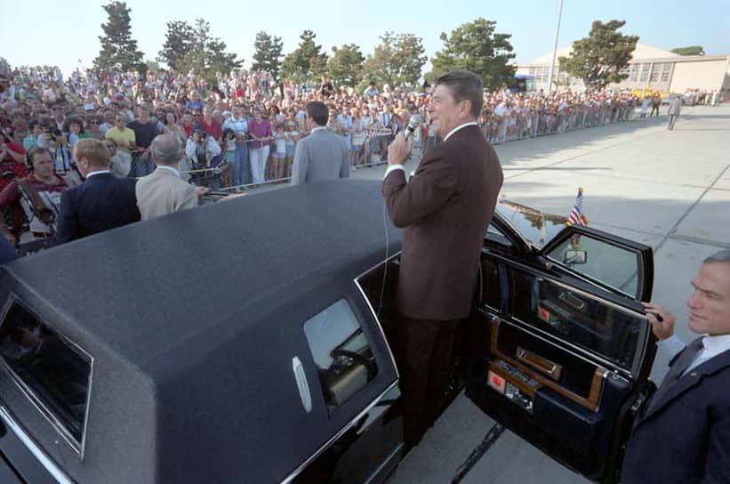 Во время второго срока Рональда Рейгана в США разразился скандал из-за нелегальной продажи оружия. Скандал «Иран-контрас» чуть не стоил президенту Рейгану кресла. До сих пор в американских политических кругах продолжаются споры о том, знал ли президент о продаже оружия в Никарагуа через Иран или эта операция была подготовлена без его ведома