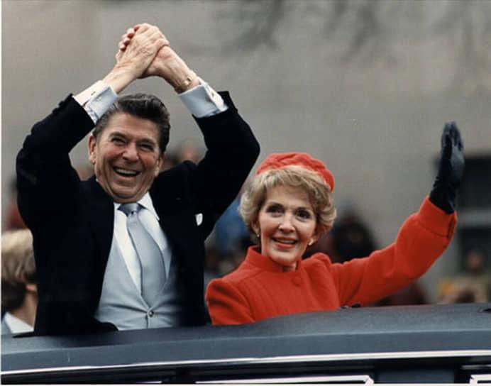 В 1983 году во время выступления в Национальной ассоциации евангелистов во Флориде президент Рейган употребил в отношении СССР выражение «империя зла», впоследствии ставшее клише. А в 1984 году в ходе еженедельного обращения по радио к американцам Рейган проводя проверку микрофона перед выступлением позволил себе такую шутку: «Мои сограждане американцы. Я рад сообщить вам сегодня, что подписал закон, который навечно поставит Россию вне закона. Мы начнем бомбардировку в течение пяти минут»