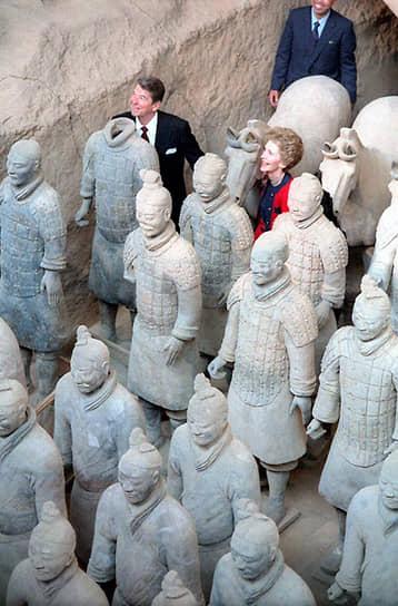 В 1985 и 1987 годах Рейгана оперировали из-за рака кишечника, кожи и простаты<br> На фото: Рональд и Нэнси Рейган во время визита в Китай