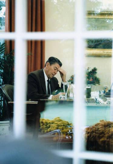 Экономическую политику при Рональде Рейгане называли рейганомикой. Она была направлена на снижение инфляции, налогов и невмешательство государства в экономику