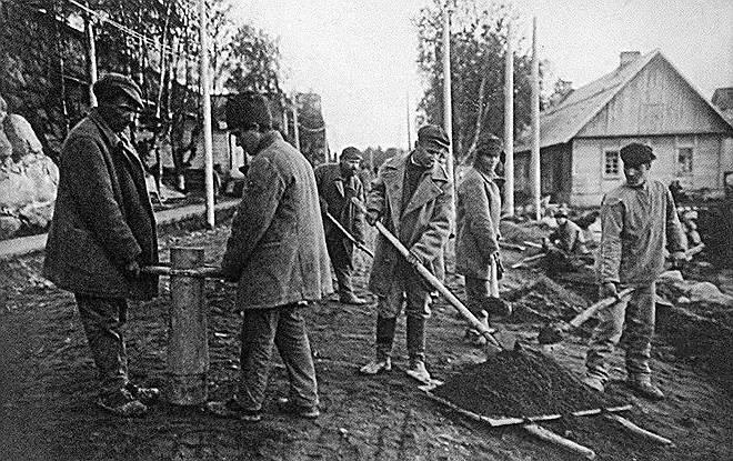 В феврале 1920 года, когда на Севере окончательно установилась cоветская власть, в Соловецком монастыре находилось 400 монахов и 200 послушников. В начале весны на Соловки прибыла комиссия для «выявления запасов оружия и продовольствия, принадлежавших буржуазии и ее пособникам». В результате было вывезено не только оружие, брошенное белогвардейцами и союзными войсками, но и все запасы продовольствия. Осенью монастырь был закрыт, а его имущество постепенно растащили многочисленные советские организации