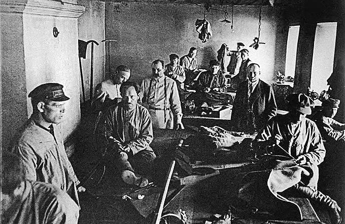 У соловецких политзаключенных был восьмичасовой рабочий день, разрешение свободно передвигаться в пределах зоны в дневное время, возможность выписывать прессу и встречаться с близкими родственниками. 10 июня 1925 года Политбюро приняло постановление о вывозе репрессированных с Соловков на материк, а режим содержания заключенных лагеря был ужесточен