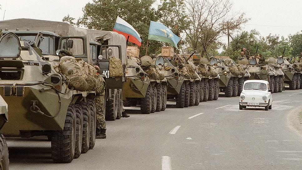 «Всякое государство, которое решает признать незаконно провозглашенное государство Косово, не может рассчитывать на хорошие отношения с Сербией»,— заявил глава МИД Сербии Вук Еремич<br>На фото: колонна российской боевой техники совершает марш в направлении Косово для выполнения миротворческой миссии под эгидой ООН, 19 июля 1999 года
