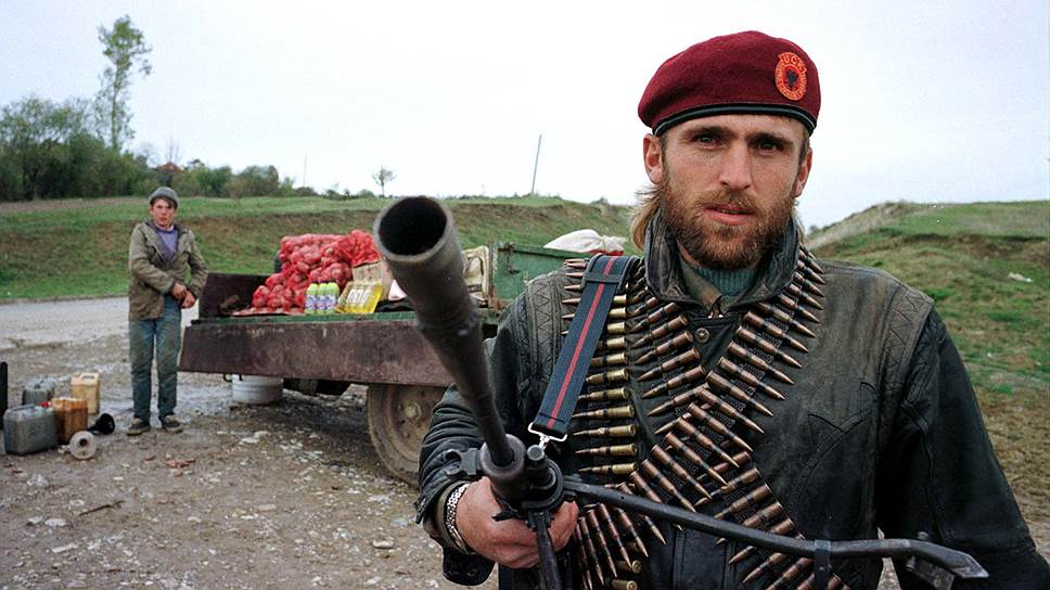 На Гаагском суде президент Югославии Слободан Милошевич заявлял, что «в Рачаке не было никаких массовых убийств», а «расстрел мирных жителей был инсценирован албанскими боевиками»<br>На фото: солдат Освободительной армии Косово, 6 ноября 1998 года