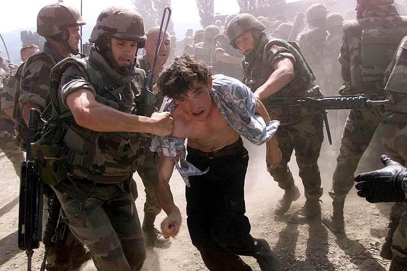 В Евросоюзе придают важное значение интеграции в его ряды Сербии. Белграду принадлежит едва ли не ключевая роль на Западных Балканах, и от его позиции и политики во многом зависит стабильность региона. Во всяком случае, югославские войны 90-х годов прошлого века наглядно это продемонстрировали<br>На фото: французские военные задерживают албанца-демонстранта в Митровице, 7 августа 1999 года