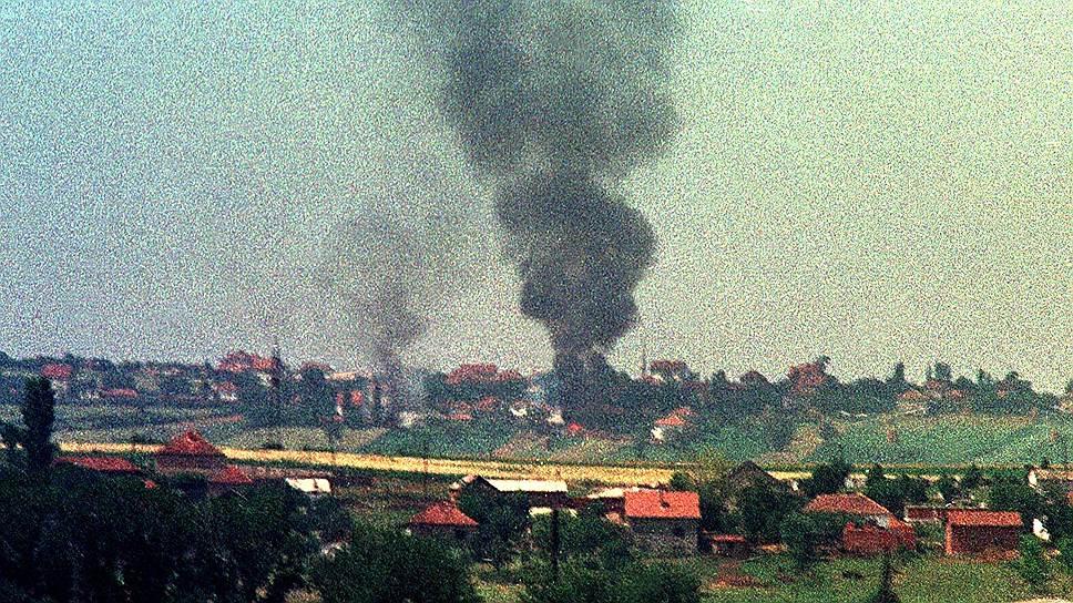 После того как сепаратисты стали нападать на полицейских, спецслужбы начали операцию в районе селения Дреница. В ходе боевых действий был убит один из лидеров АОК Адем Яшари, а кроме него — 82 местных жителя, включая не менее 20 женщин и детей. Это трагическое событие привлекло внимание всего мира к ситуации в регионе<br>На фото: село Ада, 10 км от Приштины, 29 июня 1998 года