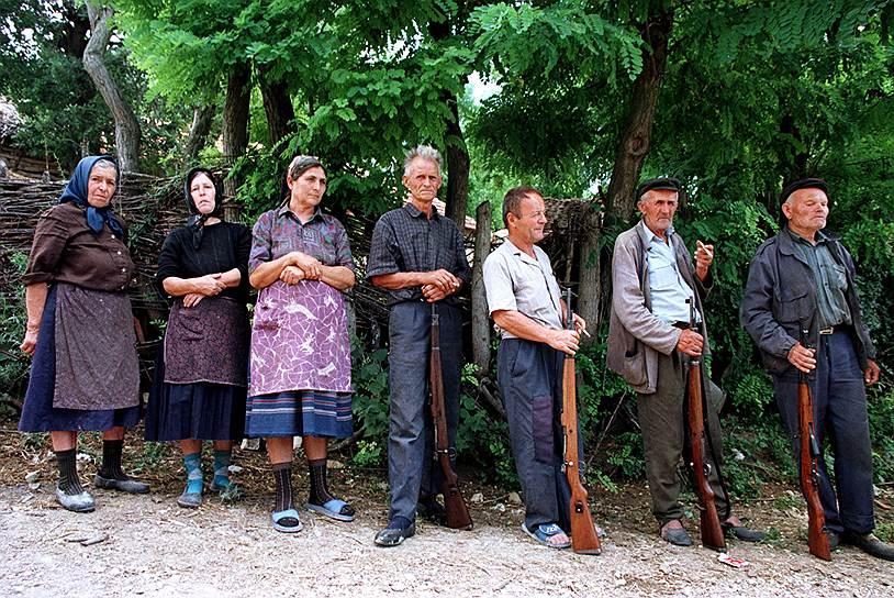 Вскоре число жертв войны в Косово оценивалось уже в 1 тыс. человек. Более 230 тыс. беженцев покинули регион<br>На фото: сербские мужчины встречают своих жен после возвращения с фронтовых позиций в косовском селе Белика, 15 июля 1998 года