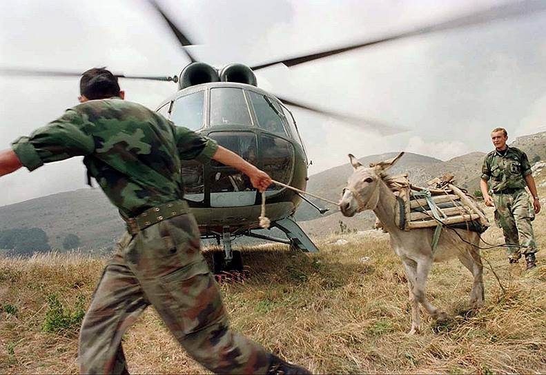Страны НАТО требовали от властей Югославии прекратить огонь. Только после приказа альянса о начале воздушной операции на территории страны Белград объявил об отводе военных<br>На фото: солдаты югославской армии, 9 августа 1998 год
