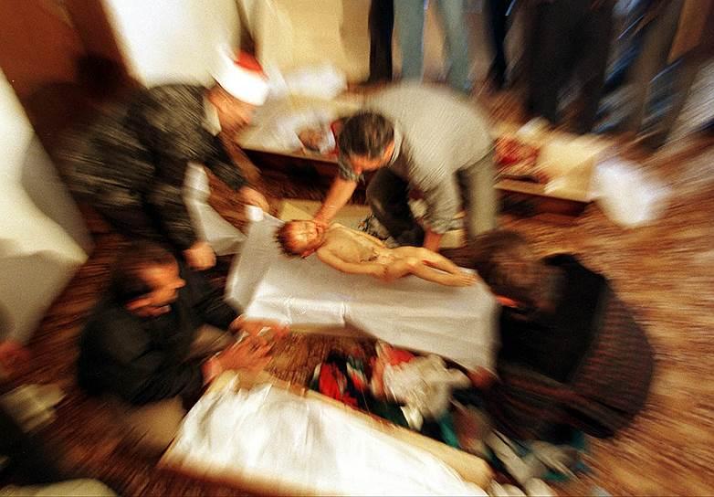 Однако перемирие оказалось недолгим. Военная операция возобновилась. 15 января 1999 года в селе Рачак  в ходе спецоперации против албанских боевиков погибли 40 человек. Согласно выводам Европейской комиссии, все они не были комбатантами<br>На фото: девочка, убитая в ходе перестрелки Освободительной армии Косово с пограничниками, 23 октября 1998 года. Она и члены ее семьи были расстреляны после того, как решили вернуться из Албании в Косово, в момент, когда пересекали границу
