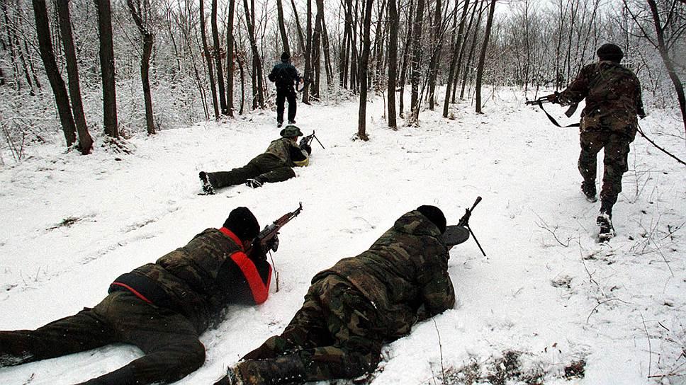 В ходе операции, которая длилась 11 недель, силы НАТО нанесли по Югославии более 2 тыс. авиаударов и израсходовали 420 тыс. боеприпасов. Часть бомб, которые использовали войска, была начинена обедненным ураном. Жертвами бомбардировок стали около 2 тыс. мирных граждан и 1 тыс. военных, более 5 тыс. человек были ранены, 1 тыс. пропала без вести<br>На фото: солдаты Освободительной армии Косово, город Подуево, 28 января 1999 года