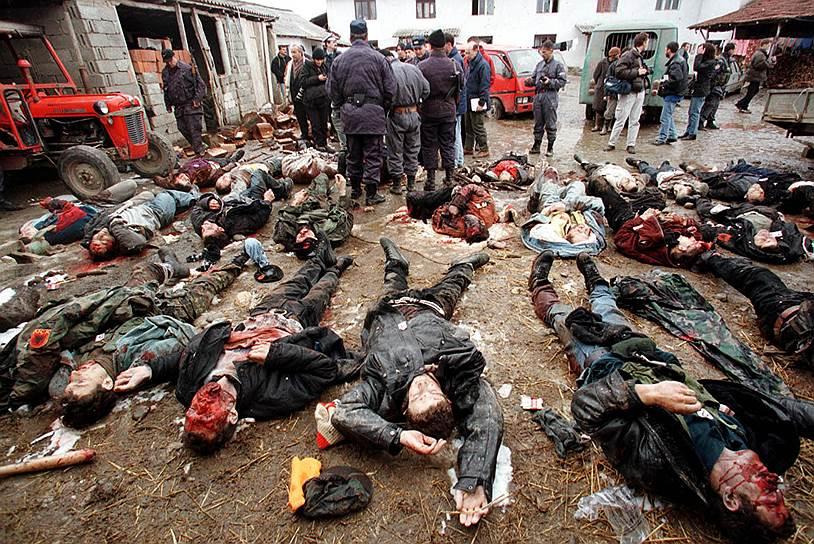 Одновременно при посредничестве ООН начались переговоры о статусе региона<br>На фото: расстрелянные сербскими силовиками албанцы, предположительно, солдаты Освободительной армии Косово, 29 января 1999 года
