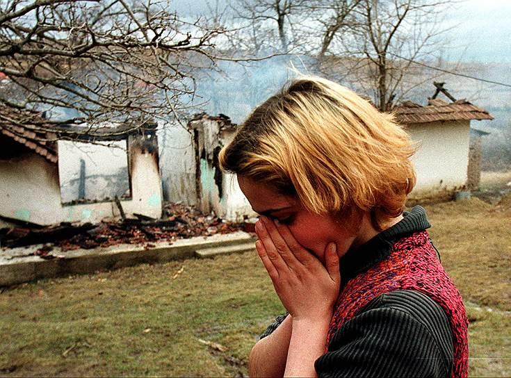 Представитель ООН по бывшей Югославии Иржи Динстбир: «Война НАТО против Югославии не решила проблем, а только умножила их число. Представления, что с помощью войны можно поставить на колени Милошевича и создать предпосылки для демократического развития Югославии, оказались полностью абсурдными»<br>На фото: женщина-албанка плачет перед сгоревшим домом своего дяди, подожженным сербскими войсками