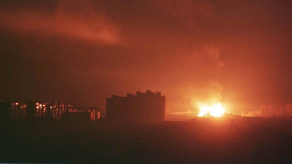 «Этническая граница» Косово проходит по реке Ибар, которая делит город Митровица на две части — сербскую и албанскую. Основную часть бывшей провинции, где албанцы составляют подавляющее большинство, в Белграде уже, похоже, не рассчитывают когда-либо получить назад<br>На фото: взрыв в Приштине после ракетного удара НАТО, 25 марта 1999 года