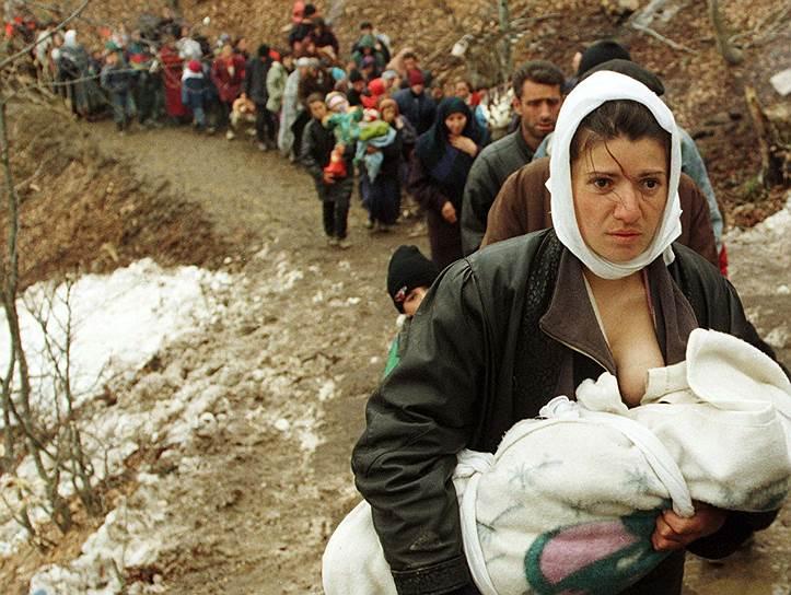 Даже президент Сербии Томислав Николич, начинавший свою политическую карьеру как радикальный националист, не допускавший никаких уступок по косовскому вопросу, заявил: «Меня никогда не признают президентом в Приштине»<br>На фото: албанские беженцы на пути в Македонию, 30 марта 1999 года