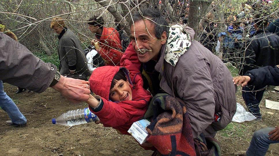 В трех южных общинах Сербии — Прешево, Медведжа и Буяновац — живут почти 60 тыс. албанцев. После фактического отделения Косово в этих районах разгорелась партизанская война. Против сербской полиции действовала сепаратистская Армия освобождения Прешево, Медведжи и Буяноваца, состоявшая в основном из бывших боевиков Армии освобождения Косово. Столкновения продолжались до мая 2001 года<br>На фото: албанские беженцы на пути в Македонию, 31 марта 1999 года
