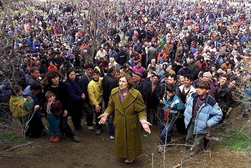 Не все просто и с северным Косово. Хотя подавляющее большинство населения там составляют сербы, существует один крупный албанский анклав<br>На фото: албанские беженцы столпились перед македонскими полицейскими в буферной зоне, 1 апреля 1999 года