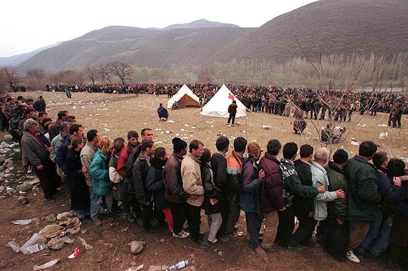 Даже спустя много лет после активной фазы конфликта в Косово край характеризуется высоким уровнем преступности и большой долей теневой экономики. Через Косово поставляется, по разным данным, до 80% героина в Европу, идет контрабанда оружия и торговля женщинами, принуждаемыми к проституции<br>На фото: косовские беженцы в очереди на регистрацию к палатке Красного Креста, 2 апреля 1999 года