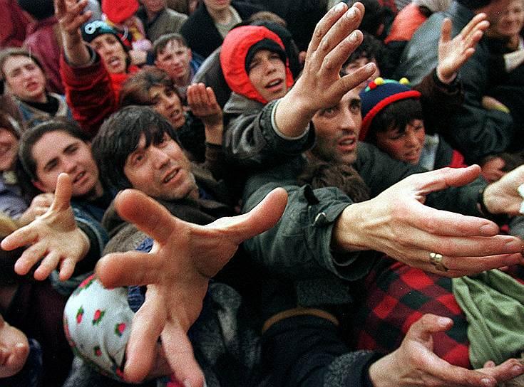 В 2008 году главный прокурор международного трибунала по бывшей Югославии Карла дель Понте написала книгу «Охота: я и военные преступники». Она подробно рассказала о похищении албанцами в 1999 году 300 сербов, впервые сообщив о фактах похищения людей с целью продажи их внутренних органов. В 2010-м в Косове была раскрыта сеть «черных трансплантологов». Косовские власти категорически отвергли все обвинения в торговле человеческими органами<br>На фото: косовские беженцы в очереди за едой в македонском лагере, 3 апреля 1999 года