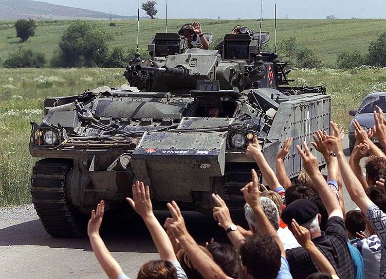 Бывший президент Сербии Слободан Милошевич был арестован 1 апреля 2001 года и передан Международному трибуналу по военным преступлениям в бывшей Югославии.  11 марта 2006 года  он скончался от инфаркта в Гаагской тюрьме, а судебный процесс так и не был закончен<br>На фото: косовские албанцы приветствуют британские войска в пригороде Приштины, 12 июня 1999 года