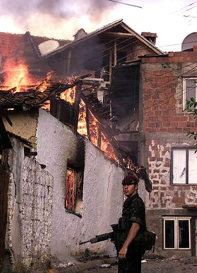 В 2011 году в Сербии был арестован последний обвиняемый Гаагским трибуналом в военных преступлениях на территории бывшей Югославии — экс-президент самопровозглашенной республики Сербская Краина Горан Хаджич<br>На фото: британский десантник в Приштине, 1 июля 1999 года
