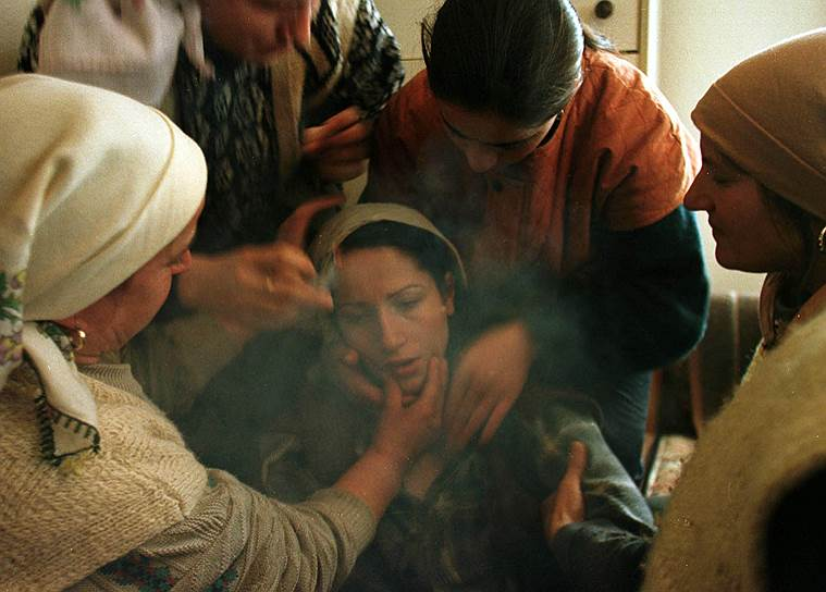 Когда стало ясно, что признание независимости края ей не предотвратить, Москва привела аргумент, что это станет прецедентом для решения территориальных споров во всем мире и главным образом на постсоветском пространстве. Запад не дрогнул<br>На фото: женщина плачет на похоронах мужа, Косово, январь 1999 года