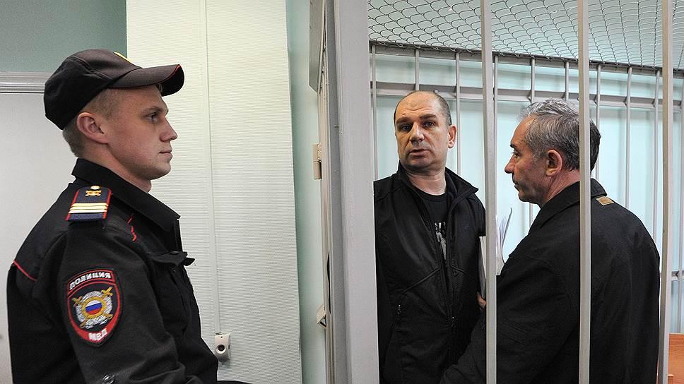 Михаил Лернер (слева за решеткой) и Александр Вершинин были приговорены к шести и трем годам заключения соответственно