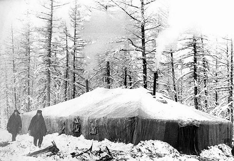 Кимберлитовая трубка «Мир» в Якутии — самый большой по объему алмазный кратер в мире: его глубина составляет 525 м, а диаметр — 1,2 км<br> На фото: временный палаточный городок строителей в поселке «Мирный»