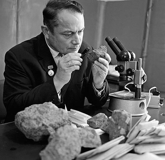 Самый крупный алмаз, добытый в России, был найден именно на месторождении «Мир» 23 декабря 1980 года. Его вес составляет 342,5 карата (более 68 г), а называется камень «XXVI съезд КПСС»<br> На фото: первооткрыватель киберлитовой трубки «Мир» Юрий Хабардин