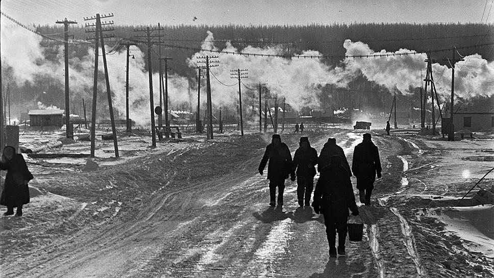 Кимберлитовая трубка «Мир» стала вторым коренным месторождением алмазов в Якутии после открытия в 1954 году трубки «Зарница». Вокруг рудника постепенно вырос рабочий поселок, а затем город Мирный, население которого в настоящее время насчитывает почти 35,4 тыс. человек<br> На фото: город Мирный, дорога на рудник