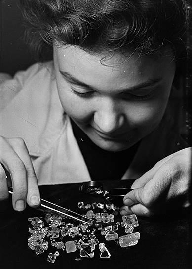 Уже в 1960-е годы в Мирном ежегодно производили 2 кг алмазов, из которых 20% были ювелирного качества, остальные же 80% использовались для промышленных целей<br> На фото: сортировка алмазов специалистом-минералогом