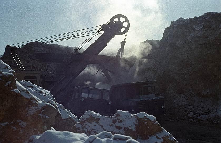 Бурное развитие месторождения «Мир» в 1970-е годы обеспокоило южноафриканскую компанию De Beers, которая была вынуждена скупать советские алмазы, чтобы контролировать цены на мировом рынке<br> На фото: алмазный карьер Мирного