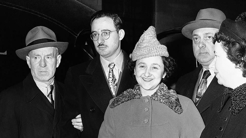 Юлиус Розенберг и Этель Грингласс (на фото в центре) познакомились в еврейской школе, а поженились в 1939 году -- после того, как Юлиус закончил колледж по специальности инженер-электрик. Считается, что они с юных лет были активистами в Коммунистической партии США