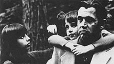 «Льдины, растаяв, становятся синью в реке. Птицы, взлетая, становятся стаей упругой. Дети, рождаясь, кричат на одном языке, заклиная взрослых людей понимать друг друга!»<br>Старшая дочь поэта Екатерина (слева) стала известным фотографом. Младшая — Ксения — работает журналистом