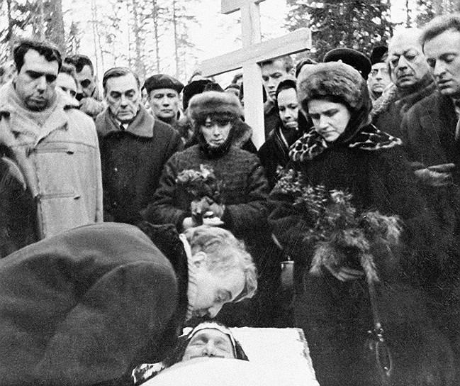 Анна Ахматова умерла 5 марта 1966 года, в подмосковном санатории, в присутствии врачей и медсестер, пришедших в палату, чтобы осмотреть ее и снять кардиограмму. 7 марта в 22:00 по Всесоюзному радио передали сообщение о смерти выдающейся поэтессы Анны Ахматовой. Лев Гумилев, когда строил памятник матери вместе со своими студентами, собирал камни для стены, где мог. Стену клали сами — это символ стены, под которой стояла Ахматова с передачами сыну в «Кресты»  <br>На фото: Похороны Анны Ахматовой. Лев Гумилев прощается с матерью
