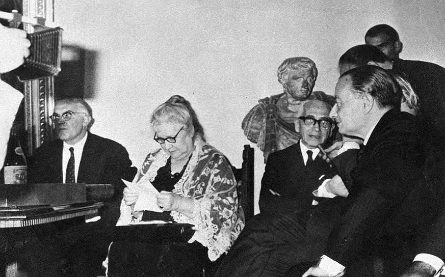 """Анна Ахматова была признана классиком отечественной поэзии еще в 1920-е годы (с того же времени ее книги подвергались цензурной правке). Однако позднее, будучи вдовой и матерью «врагов народа», Ахматова подверглась замалчиванию и травле. В постановлении ЦК ВКП(б) от 14 августа 1946 года (не отмененном при ее жизни) было резко раскритиковано творчество Анны Ахматовой и Михаила Зощенко, оба они были исключены из Союза советских писателей. В тексте постановления говорилось: «Ахматова является типичной представительницей чуждой нашему народу пустой безыдейной поэзии. Ее стихотворения, пропитанные духом пессимизма и упадочничества, выражающие вкусы старой салонной поэзии, застывшей на позициях буржуазно-аристократического эстетства и декадентства, """"искусстве для искусства"""", не желающей идти в ногу со своим народом, наносят вред делу воспитания нашей молодежи и не могут быть терпимы в советской литературе»"""