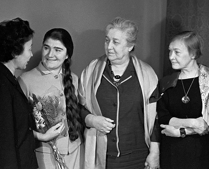 В ноябре 1949 года был арестован сын Анны Ахматовой Лев Гумилев. Приговор ему был -- 10 лет лагерей. В течение всех лет ареста сына Анна Ахматова не оставляла попыток вызволить его. При этом поэтесса была предельно осторожна в публичных высказываниях. Возможно, попыткой продемонстрировать лояльность советской власти явилась публикация цикла стихов «Слава Миру» 1950 года (позднее Ахматова не включала этот цикл в свои сборники). В свою очередь, реабилитированный в 1956 году, после XX съезда КПСС, Лев Гумилев полагал, что мать не принимала достаточно усилий для его освобождения, и с этого времени отношения между ними были напряженными