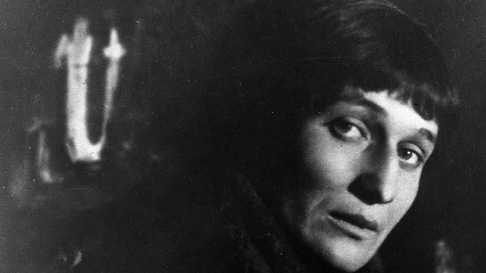 С 1923-го по 1934 годы Анна Ахматова практически не печаталась. По свидетельству Лидии Чуковской («Записки об Анне Ахматовой») многие стихотворения тех лет были утеряны в переездах и во время эвакуации. Сама Ахматова в заметке «Коротко о себе» 1965 года писала об этом так: «С середины 20-х годов мои новые стихи почти перестали печатать, а старые — перепечатывать»