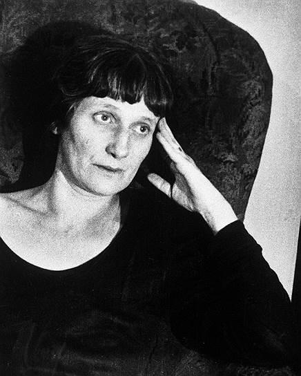 В 1918 году, в год развода со своим первым мужем Николаем Гумилевым, Анна Ахматова вышла замуж за за ученого-ассириолога и поэта Владимира Шилейко. Пара расталась в 1921 году, однако оформила развод лишь в 1926 году. При втором разводе поэтесса впервые официально получила фамилию Ахматова (ранее по документам она носила фамилии своих мужей). В 1922 году она фактически стала женой искусствоведа Николая Пунина. Позднее он трижды был арестован и погиб в лагере в 1953 году