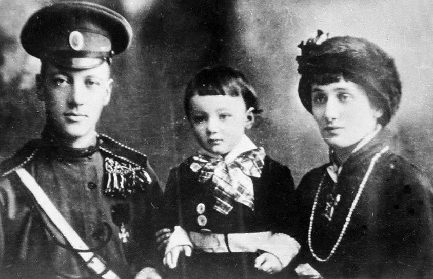 В апреле 1910 года Анна Ахматова вышла замуж за Николая Гумилева, в 1912 году у них родился сын Лев. Молодая семья жила в Тучковом переулке — в одной комнате окнами на переулок. Свое маленькое, но уютное жилище Гумилев и Ахматова ласково называли «Тучкой». Судьба этого семейства сложилась трагически: Николая Гумилева (к тому времени уже бывшего мужа Ахматовой, так как они развелись в 1918 году) расстреляли в 1921 году, а их сын Лев провел в заключении в 1930—1940-х и в 1940—1950-х годах больше 10 лет