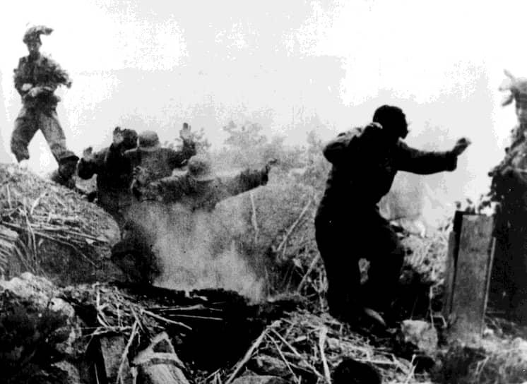 Осенью 1950 года войскам ООН под командованием генерала Дугласа Макартура удалось перехватить инициативу и, высадив 15 сентября 1950 года морской десант в тылу войск КНДР, освободить Сеул